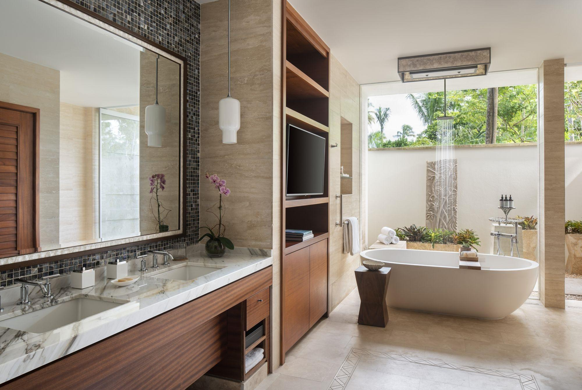 One Bedroom Bathroom with indoor and outdoor shower