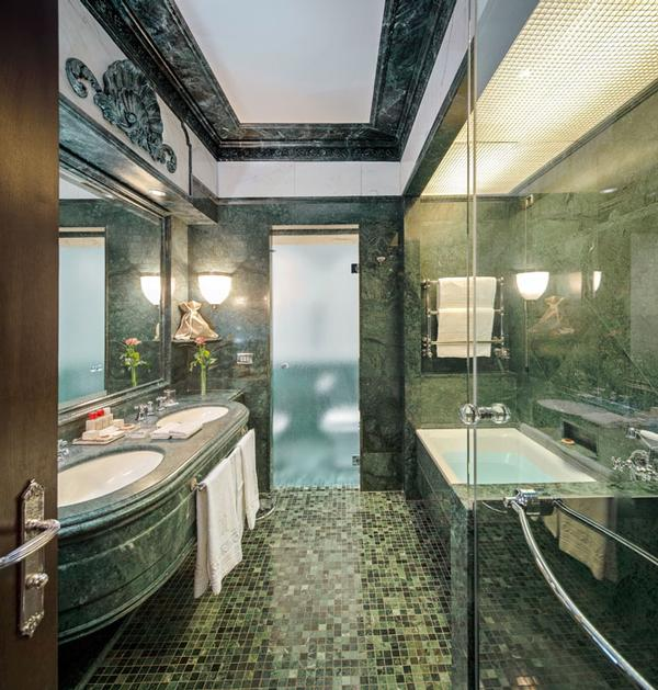 Grand Deluxe Double room bathroom